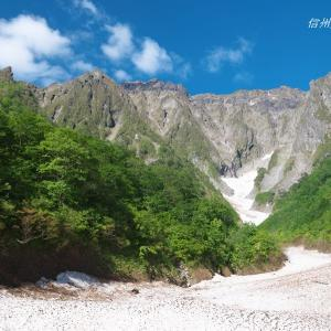 岩壁と雪渓