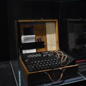 英政府に謝罪させた天才数学者、アラン・チューリングとは