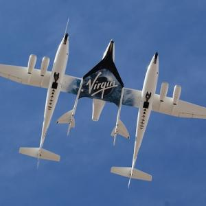 ヴァージン・ギャラクティック社のVSSユニティ号の第1回の推力飛行を見てください