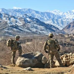 アフガニスタンの洞窟から5000年前の空飛ぶ機械を取り除く8人の米兵が消えた