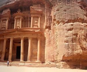 ヨルダンの美しい石の街中に行きましょう
