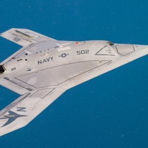 ジェット機にエスコートされた人造の空飛ぶ円盤は、技術移転したUFOを意味します