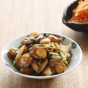 Vieira con hongos shiitake, cebolla blanca y salsa de teriyaki