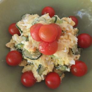 黄緑色のサラダボウルとポテトサラダ