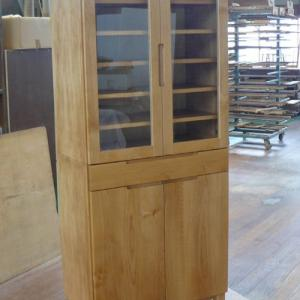 ナチュラルなキッチンインテリア アルダー材シンプル食器棚