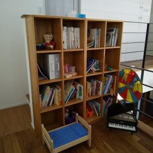 呼吸と触れることの安全と安心感 アルダー無垢材映えるおしゃれな本棚