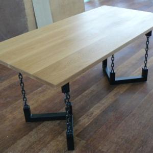個性的で目を引くワイルドな鎖柱アイアンテーブル