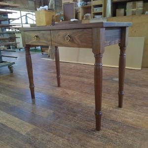 ろくろ脚のテーブルがおしゃれに映える アンティークオーダーテーブル
