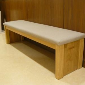 クリニックや施設でも木のある長椅子が和む空間に