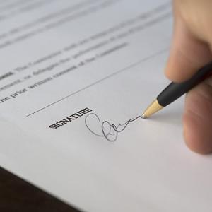 署名・記名・サインの違いって何?契約書や法律上でどのような効力がある?