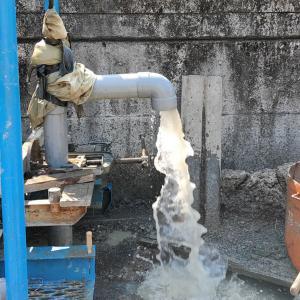 深井戸掘削で、待望の水が!(松山市美沢町)