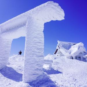 蔵王山(刈田岳)・白い鳥居と青い空と