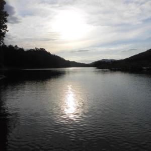湖面の夕日