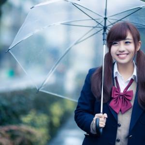 女子高生に似合うビニール傘は貧乏アイテムという噂は本当か?