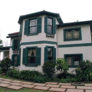 「ブラフ18番館」白壁と緑の鎧戸が素敵な横浜山手の洋館