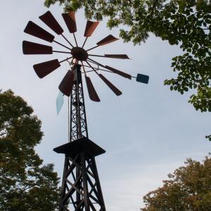 「赤い羽根の風車」フランス山に再現された風車