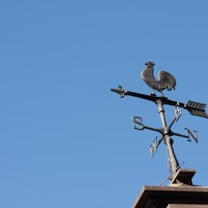「風見鶏」雄鶏をかたどった風向計