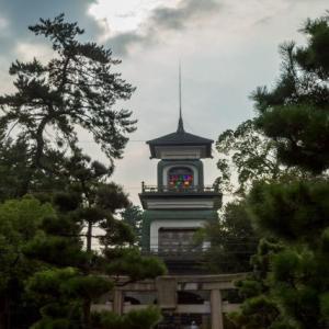ステンドグラスが不思議でモダン!尾山神社の神門