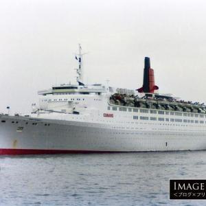 グレーの船体で横浜に寄港した「クイーン・エリザベス2」