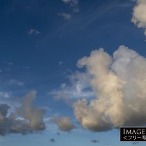 「低い雲の向こうに広がる青空」の無料写真
