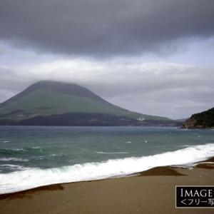 長崎鼻から見る、美しい稜線の開聞岳