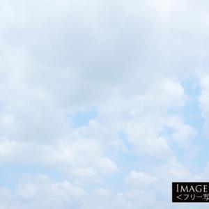 白い雲が多い柔らかい青空(横)
