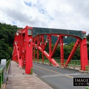 鮮やかな赤のアーチ「峰谷橋」