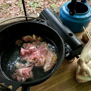 寒い春キャンプには暖かい豚汁が最高です。