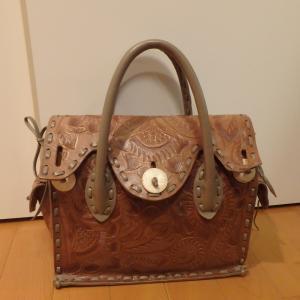 プライベート用のバッグはひとつだけ。友達と同じバッグを買うって、どうなんだろう。