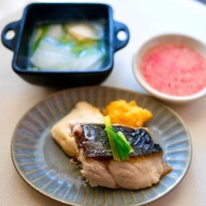 《手作り犬ごはん》鰆の淡煮金柑ソース、鯛煮干し出汁のかぶスープ、米麹甘酒とイチゴのスムージー
