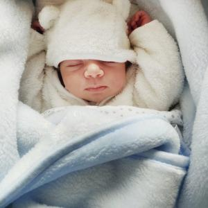 赤ちゃんが乳頭をずっと吸っている4つの理由と対応方法とは