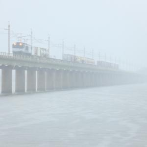 EF64、豪雨の北浦橋梁を行く