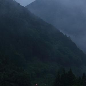 飛騨路・キハ85、雨に霞む