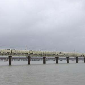 四季島、曇天の北浦橋梁を行く