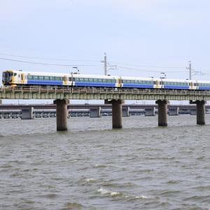 E257系特急あやめ祭り号、波荒れ狂う北浦橋梁を渡りゆく