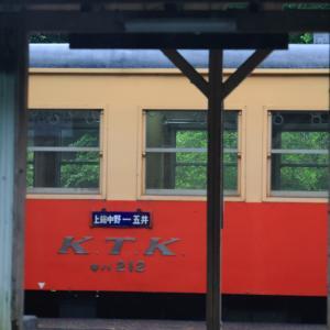 小湊キハ200、小雨降る山間の無人駅にて