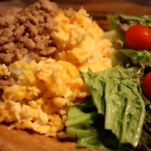 ランチにも◎ひき肉と卵で作る2色の味噌そぼろ丼