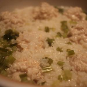 鶏肉だからヘルシー♪土鍋で作るポカポカ「鶏団子雑炊」