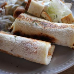 【朝食に◎】食パンで作る簡単「チーズソーセージロール」