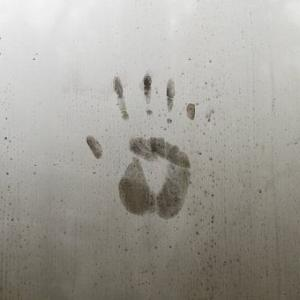 梅雨入り。電車の中で臭さに耐える。職場でも臭いにご配慮を。