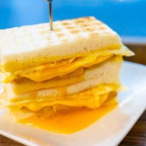 台北駅近く、とろとろ半熟卵とチーズが絶品の可蜜達Comida炭烤吐司