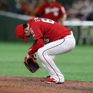 遠藤淳志◆マウンドに座り込む 今季対戦成績12の0だった岡本に打たれた今季初安打が逆転2ラン