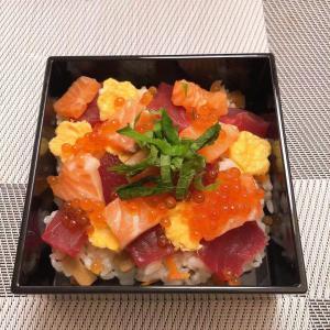 デリバリーして頂いたお刺身でちらし寿司を作りました[愉快]美味でした[色]
