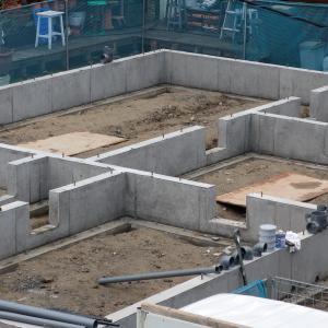 型枠の解体工事が始まる。