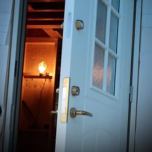 玄関ドアが付きました