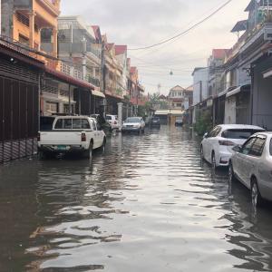 プノンペンの洪水の中での走り方