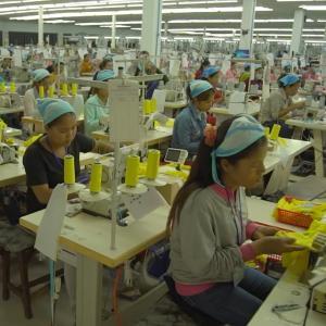 カンボジアの女性工場労働者たちの苦悩