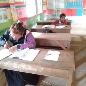 新型コロナウィルスを警戒しながら行われているカンボジアの公立学校