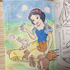 100均子ども用ぬりえの白雪姫をクーピーで絵本のように塗ってみよう