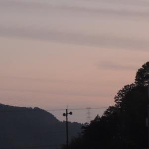 夕暮れ時の 夕焼け雲と 明星